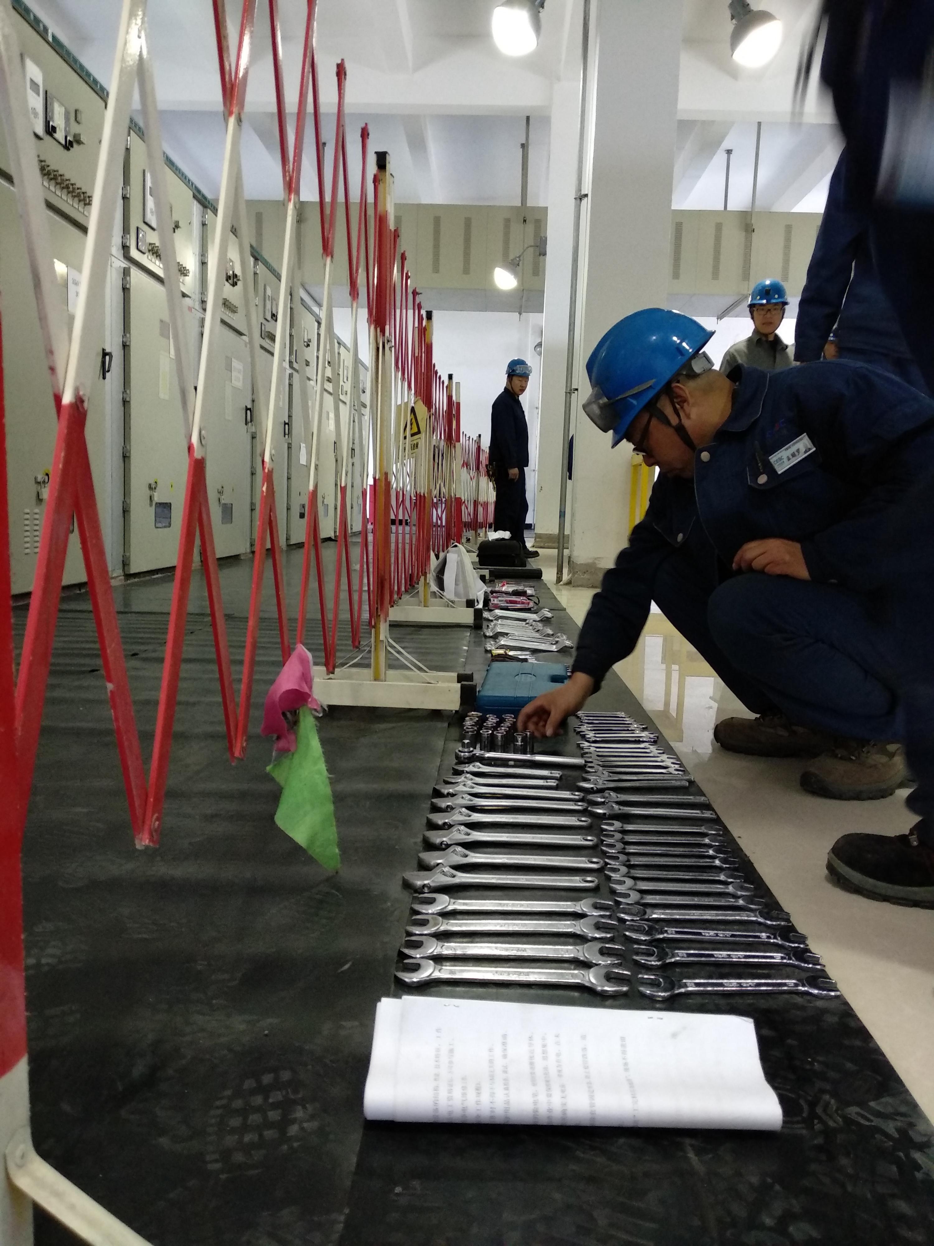 按操作步骤进行停电倒闸操作,布置安全措施,为下步母线检修做好准备.
